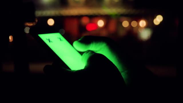 Närbild av ung man med smartphone i bil, grön skärm