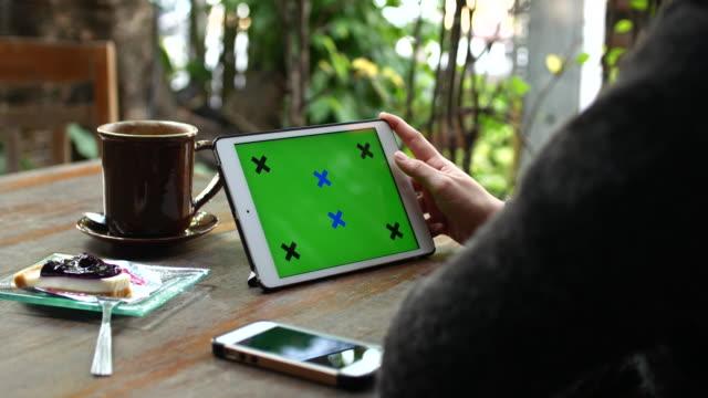 Close-up di Giovane donna utilizzando talea digitale con schermo verde, 4 k (UHD), Dolly girato