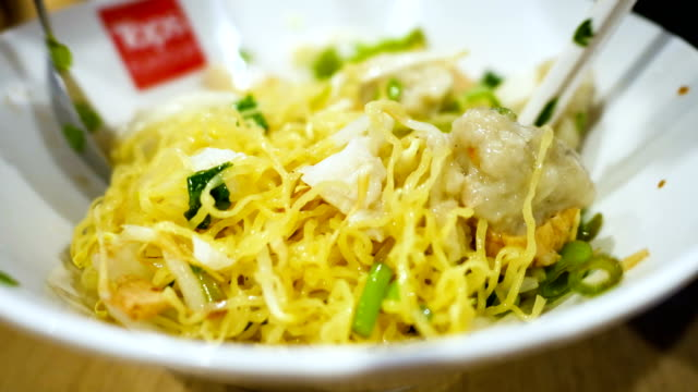 Close-up Thailand gelbe Nudeln, gelbe Nudeln mit Zutaten mischen