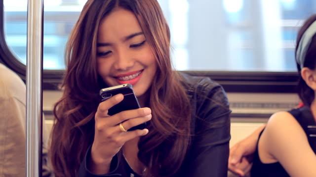 Close-up Frau mit smartphone auf Zug
