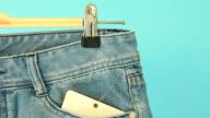 Kleidung auf Bügel in Jeans Store