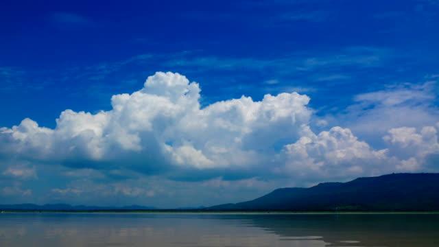 Cloud hemel boven berg time-lapse 4K video