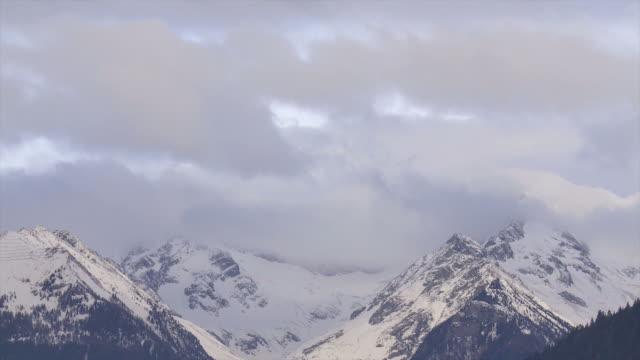 Wolken über Alpine Winter Berge Zeitraffer