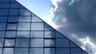 Wolken hinter Wolkenkratzer-Strahlen der Sonne, Zeitraffer