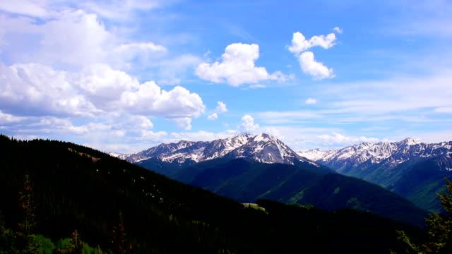 Kumuluswolken auf Weitwinkel Aspen Snowmass Colorado Rocky Mountain Valley Sommer-Zeitsprünge
