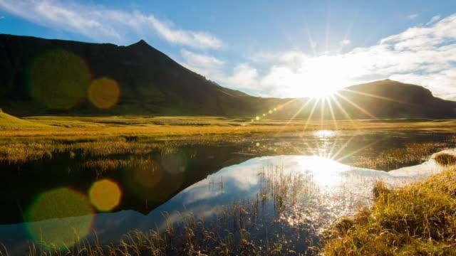 T/L Wolkengebilde über einen See in Island