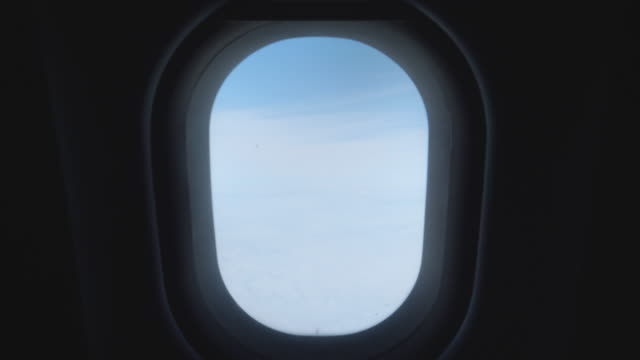 Cloudscape uitzicht vanuit het raam van een vliegtuig