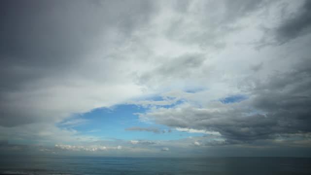 Bewolkte hemel boven zee