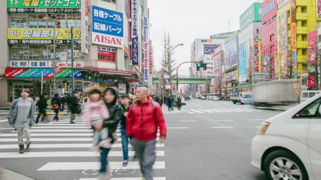 Moln av människor på walking street Akihabara shoppingområde, Tokyo, Japan.