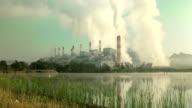 Kohle gefeuerten Kraftwerk mit Schornstein