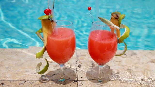 Cocktails by the pool Coctel en la piscina