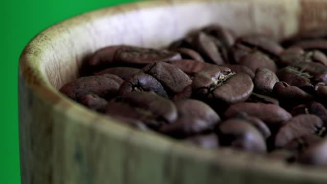 Koffiebonen close-up op groene achtergrond