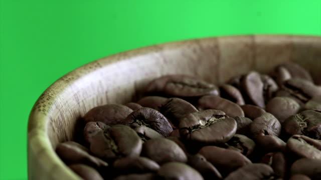 Koffiebonen van 4K close-up op groene achtergrond