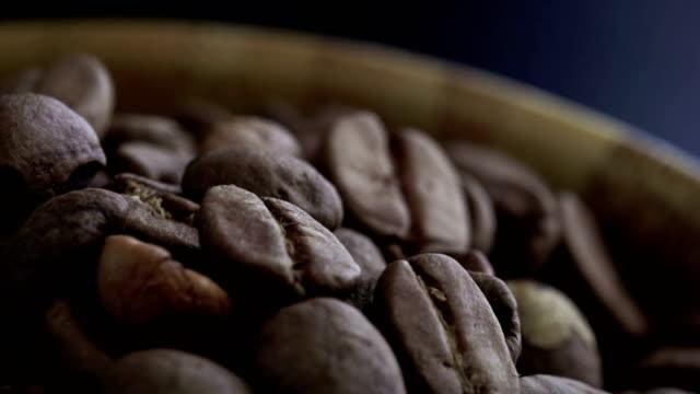 4K koffie houten slowmotion vallen