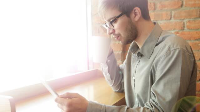 Café digital tablet, junger Mann.