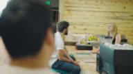 Coffee-Shop Manager Gespräche mit Gästen