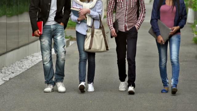 MS TU College-Studenten, die zu Fuß auf dem Gebäude