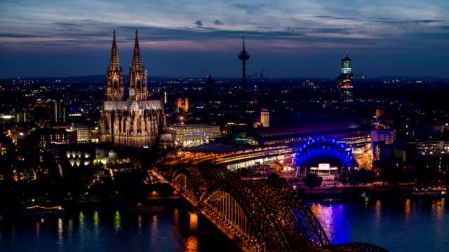 Köln in der Dämmerung