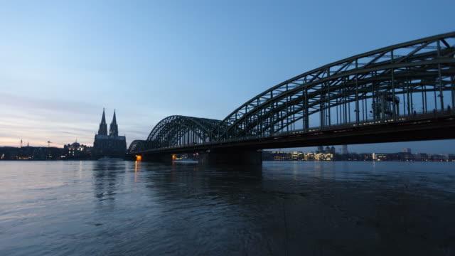 LANGE DOLLY: Kölner Dom und Hohenzollern