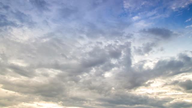 Bunte Dramatischer Himmel mit Wolken bei Sonnenuntergang
