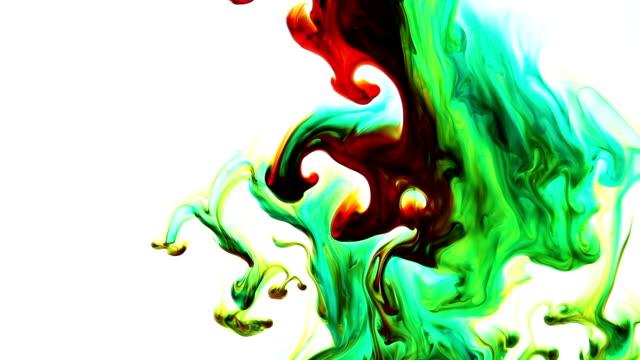 Gocce di inchiostro colorato in acqua