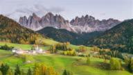 Kleuren van de Dolomieten. Platteland zicht op de vallei van de Funes St. Magdalena of Santa Maddalena uitzicht over de vallei bergen, Bolzano, Italië.