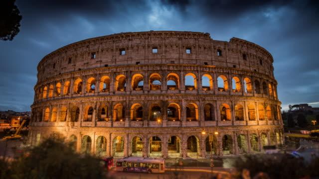 Colosseum i skymningen i Rom, Italien - tidsfördröjning