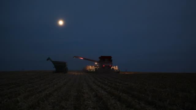 Kombinieren Sie ernten letzten Reihen von Mais für die neue Saison