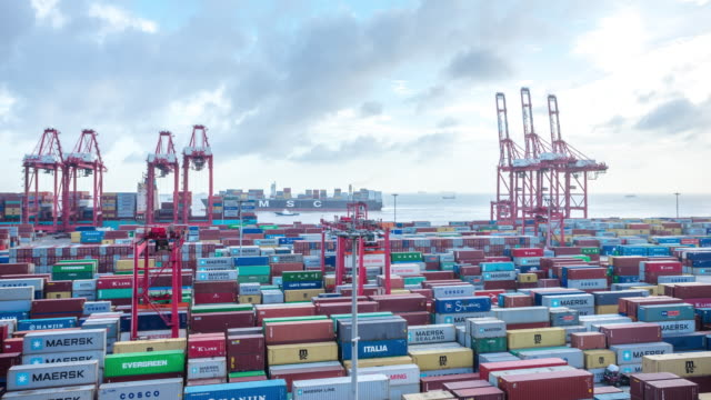 commerciële dock met cargo containers in Shanghai in wolk lucht. time-lapse 4k