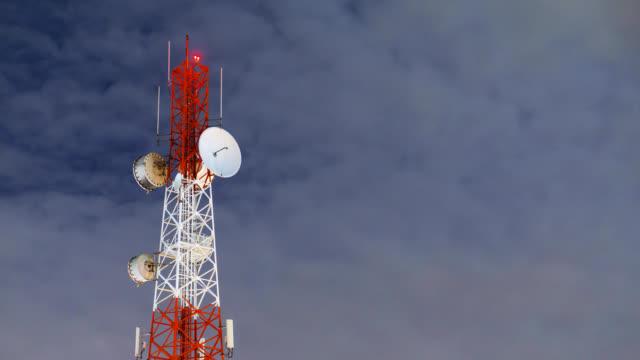 Toren communicatiesite bij nacht timelapse