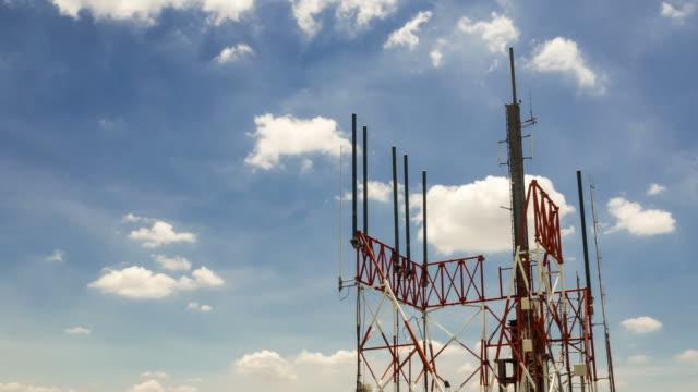 Kommunikation Turm Zeitraffer Wolken im pan Schuss