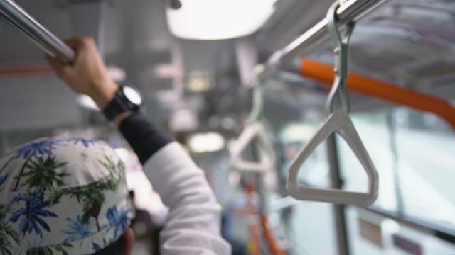 MS Commuters holding leuningen op bus