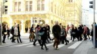 Pendler auf Fußgängerübergang.