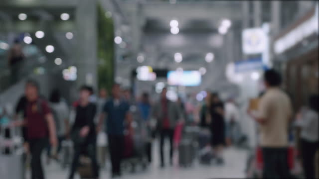 Pendelaars wandelen in luchthaven