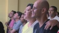 Como en la mayoria de los cultos evangelicos brasilenos los fieles de la Iglesia Cristiana Contemporanea cantan y se mueven al ritmo de la musica...