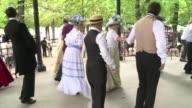 Con musica bailes y trajes de principios del siglo XX este domingo un grupo de parisinos se ha reunido en los jardines de Luxemburgo para recrear...