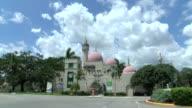 Con sus cupulas y minaretes Opalocka nacio para ser un oasis arabe en pleno sur de Florida pero termino siendo un foco de violencia y trafico de...
