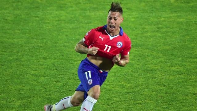 Con un doblete de Eduardo Vargas y una polemica expulsion en Peru Chile avanzo este lunes a la final de la Copa America 2015 de la que es anfitriona...