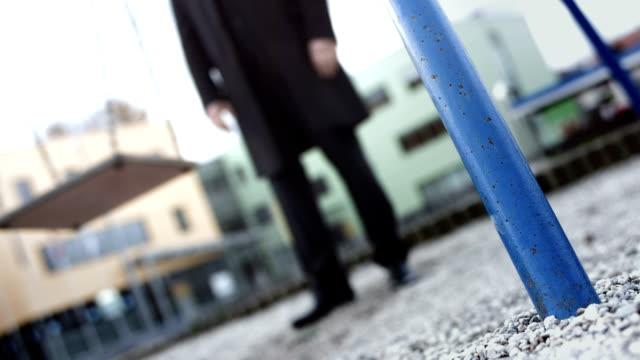 HD: Fotografia concettuale di un misterioso uomo in campo giochi