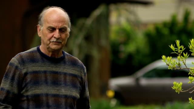Betroffenen Senior Mann vor sich wie zu Hause fühlen
