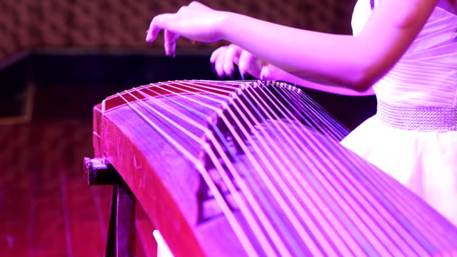 Concert, Actress play the zither.