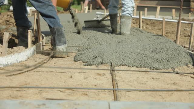 Beton Gehweg Installation mit Mischpult Trog und Arbeitnehmer