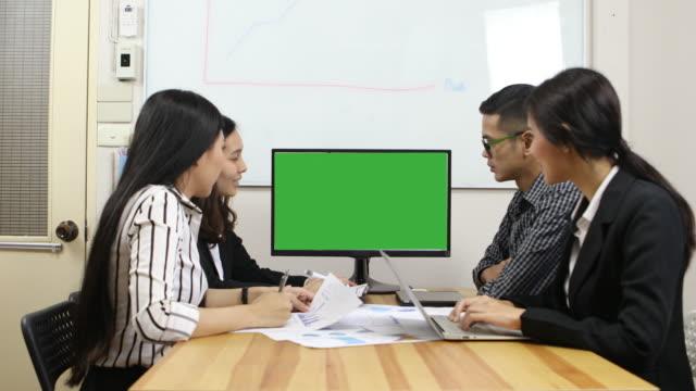 vergadering van de conferentie met groene computerscherm