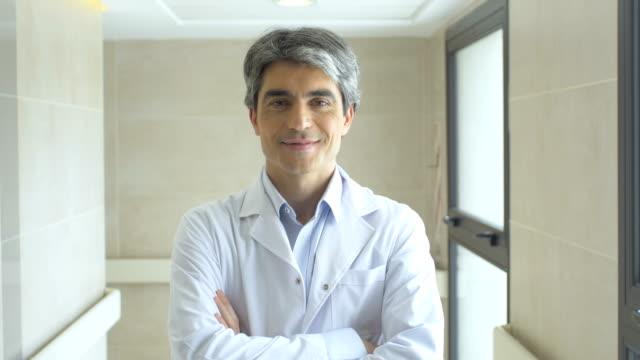 Zuversichtlich Arzt mit verschränkten im Krankenhaus