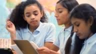 Zuversichtlich Mischlinge mittleren Schulmädchen führt eine Geographie-Studiengruppe