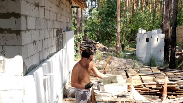 Bouwwerkzaamheden op de isolatie van het huis.
