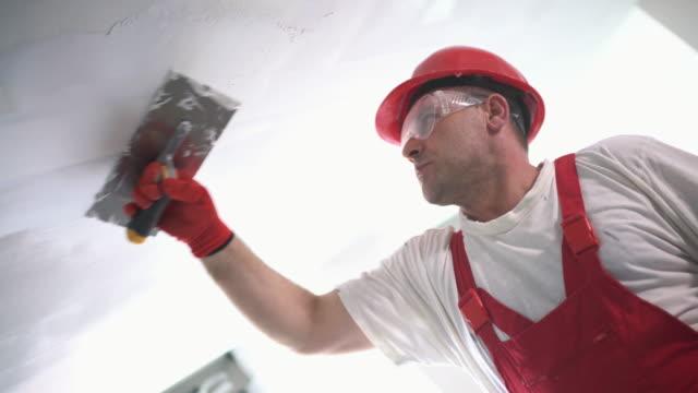 Byggnadsarbetare efterbehandling ett tak.