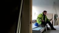 Bauarbeiter, die digitale Tablet auf seiner Mittagspause