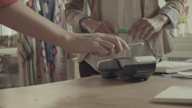 Contactless Payment mit Handy in einem shop