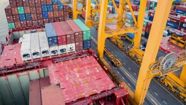 Frachtschiff im Hafen in Asien